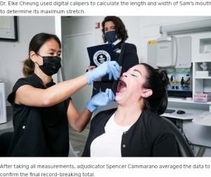 デジタル測定器を使用して口の大きさを測定(画像は『Guinness World Records 2021年7月28日付「Meet the woman whose record-breaking mouth gape went viral on TikTok」』のスクリーンショット)