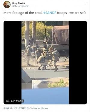 支えられるもトラックに乗れなかった隊員(画像は『Greg Davies 2021年7月27日付Twitter「More footage of the crack #SANDF troops , we are safe .」』のスクリーンショット)