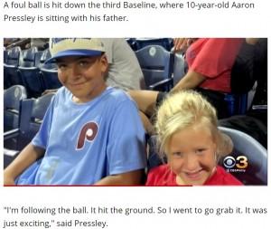 男児の純粋な優しさが多くの人の心に響く(画像は『WBFF 2021年9月18日付「10-year-old Phillies fan gives foul ball to crying girl, video goes viral」』のスクリーンショット)