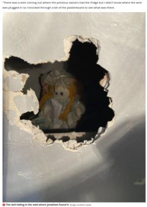 壁の中から現れた人形(画像は『Liverpool Echo 2021年9月19日付「Teacher knocks through wall and finds 'something staring at him'」(Image: Jonathan Lewis)』のスクリーンショット)