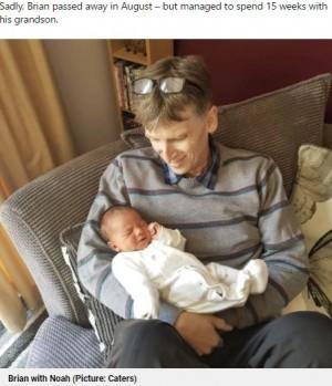 誕生したばかりの孫を抱っこするブライアンさん(画像は『Metro 2021年9月20日付「Woman has baby through IVF so dad with terminal cancer can meet his grandchild」(Picture: Caters)』のスクリーンショット)