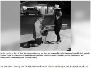 自宅全焼後、恋人の女性にプロポーズした男性(画像は『Fox News 2021年9月21日付 「Man rescues engagement ring, proposes after home burns down」』のスクリーンショット)