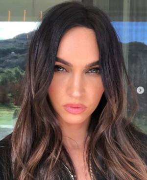 「SKIMS」のキャンペーンモデルに起用されたミーガン・フォックス(画像は『Megan Fox 2021年2月12日付Instagram「This has been a fucked up year for small businesses.」』のスクリーンショット)