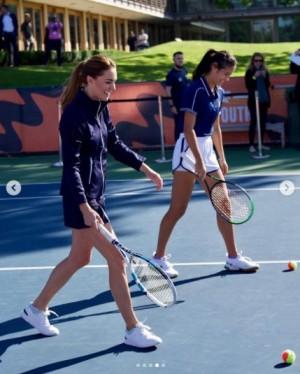 18歳のエマ・ラドゥカヌ選手とダブルスを組むキャサリン妃(画像は『Duke and Duchess of Cambridge 2021年9月24日付Instagram「In the presence of champions」』のスクリーンショット)