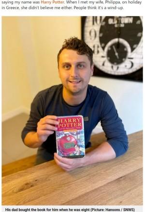 """世界的に有名な""""ハリー・ポッター""""と同姓同名の男性(画像は『Metro 2021年9月20日付「Man named Harry Potter to sell rare first edition Harry Potter book worth up to £30,000」(Picture: Hansons / SNWS)』のスクリーンショット)"""