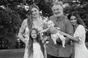アレック・ボールドウィン、美人妻&3人の愛娘達に囲まれて(画像は『Alec Baldwin 2021年9月25日付Instagram「Happy #nationaldaughtersday」』のスクリーンショット)