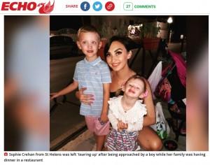 見知らぬ少年の優しさに感激した2歳児の母親(画像は『Liverpool Echo 2021年9月21日付「Mum 'tears up' after young boy comes up to her in restaurant」』のスクリーンショット)