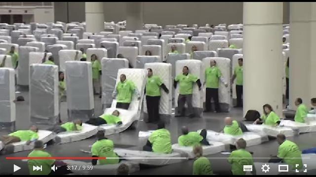 倒れた数850人! 米ルイジアナ州で行われた「人間マットレスドミノ」が壮大ながらも滑稽なり