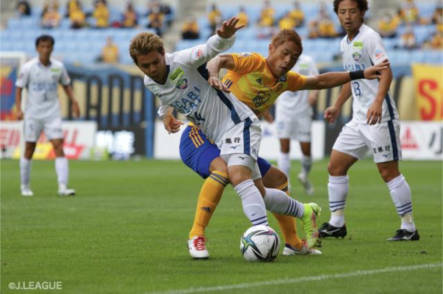 J1第30節で仙台と徳島が対戦した [写真]=J.LEAGUE