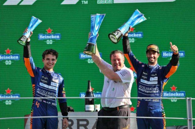 2021年F1第14戦イタリアGP表彰式 左からランド・ノリス(マクラーレン)、ザク・ブラウン(マクラーレン・レーシングCEO)、ダニエル・リカルド(マクラーレン)