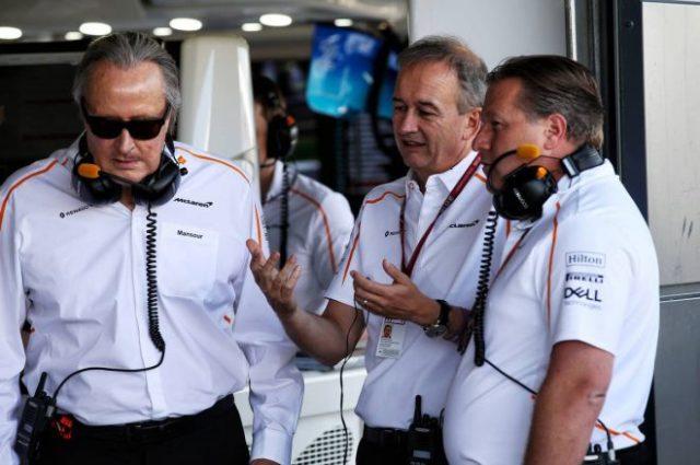 2021年F1第10戦イギリスGP 左からマンスール・オジェ、ジョナサン・ニール、ザク・ブラウン