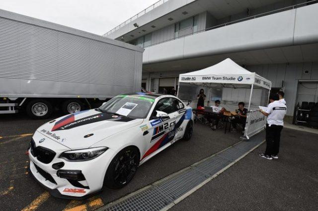 スーパー耐久第5戦鈴鹿のパドックに展示されているBMW M2 CSレーシング。