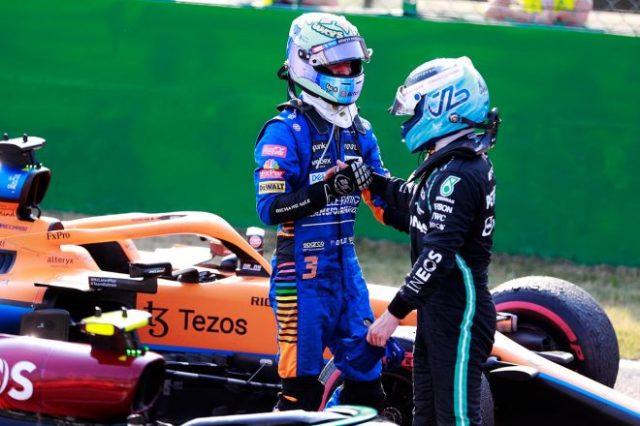 イタリアGPで3年ぶりに優勝したリカルドを讃える3位のボッタス