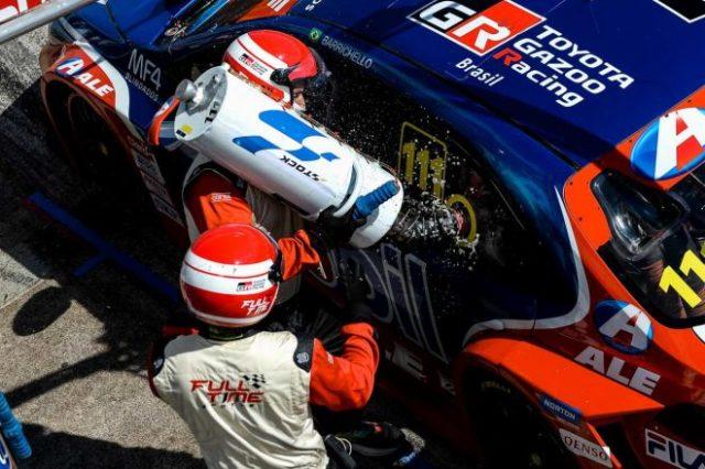 路面温度は53℃、車内温度60℃以上という過酷なコンディションのR1を制したルーベンス・バリチェロ(Full Time Sports/トヨタ・カローラ)