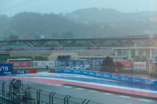 2021年F1第15戦ロシアGP土曜日のソチ・オートドローム。現地では金曜の深夜から雨が降り続いている
