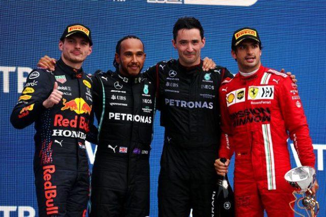 2021年F1第15戦ロシアGP表彰式 優勝ルイス・ハミルトン(メルセデス)、2位マックス・フェルスタッペン(レッドブル・ホンダ)、3位カルロス・サインツ(フェラーリ)