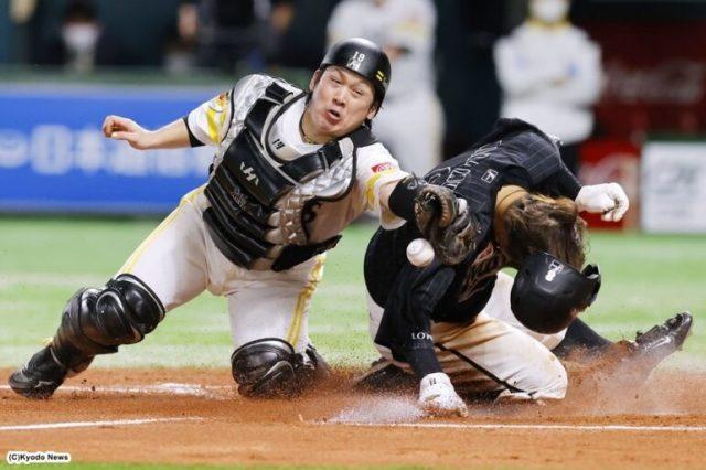 7回に角中の適時二塁打で二走・中村奨が生還 (C)Kyodo News