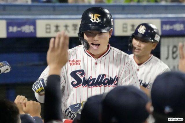 3回に2ランを放ちナインに迎えられるヤクルト・村上 (C)Kyodo News