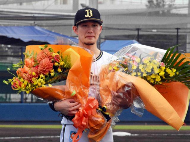 選手たちから花束を受け取り涙を堪えるオリックス・西浦<写真=北野正樹>