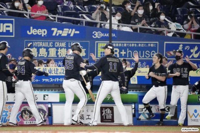 4回に逆転3ランを放ったT−岡田(背番55)を迎えるオリックスナイン (C)Kyodo News
