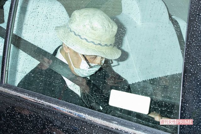 判決の日、タクシーで移動する飯塚被告