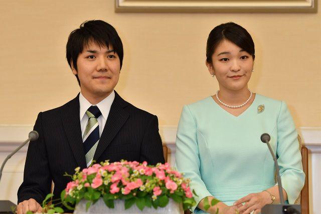 '17年9月3日、婚約内定会見での眞子さまと小室圭さん