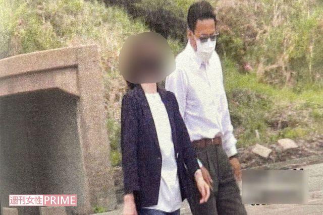 花畑で有名な地元の観光スポットでA子さんとデートする松本憲二議員