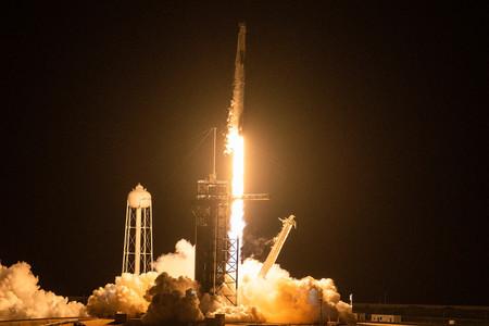 米フロリダ州のケネディ宇宙センターからロケットで打ち上げられる宇宙船「クルードラゴン」=15日(AFP時事)
