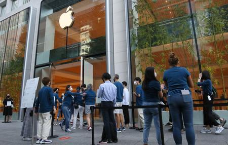 販売が始まった米アップルのスマートフォン「iPhone(アイフォーン)」の新型モデル「13」シリーズを求めて入店する客ら=24日午前、東京都千代田区のアップル丸の内