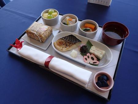 日本航空の国内線ファーストクラスで提供されるノルウェー産サバを使った機内食=24日、羽田空港