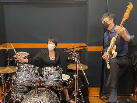 ドラムセットに座る高市早苗前総務相(左)=24日午後、東京・銀座(代表撮影)