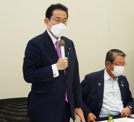 JA福島中央会幹部との意見交換会であいさつする自民党の岸田文雄前政調会長(左)=24日午前、衆院議員会館