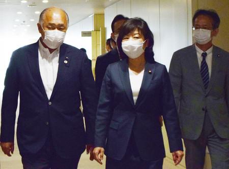 東京都庁を訪問した自民党の野田聖子幹事長代行(手前右)=24日午前、東京都新宿区