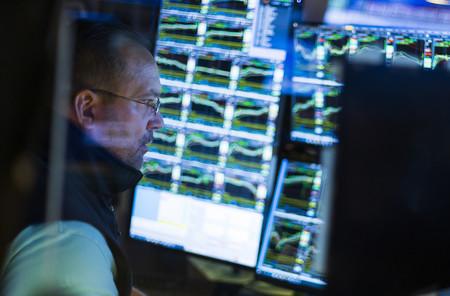 米ニューヨーク証券取引所で働くトレーダー=8月(EPA時事)