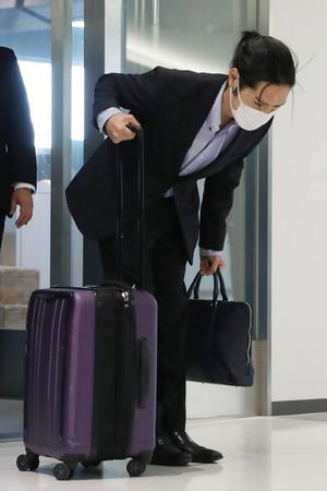 成田空港に到着し、一礼する小室圭さん=27日午後、千葉県成田市