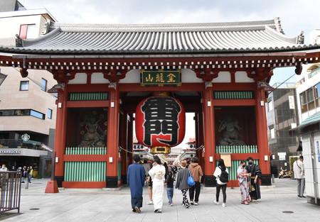 観光客がまばらな浅草寺の雷門前=28日午後、東京都台東区