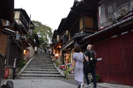 客足が遠のき、休業する店も多い清水寺近くの産寧坂=28日午後、京都市東山区