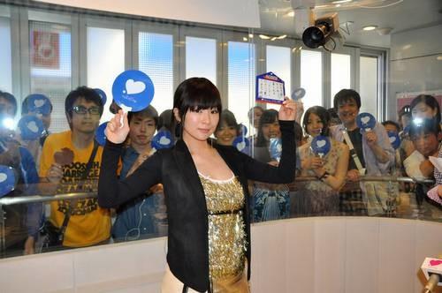 椎名林檎が金のミニワンピ姿、新曲「NIPPON」に込めた想いなど語る。
