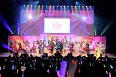 「プリパラフレンドシップ オータムライブ2021」より、「Crew-Sing! Friend-Ship♡」を歌唱する出演者。